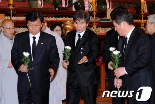 [사진]헌화하기 위해 들어서는 민주통합당 공동대표와 의원들
