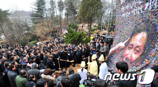 [사진]故김근태 관에 취토하는 조문객들