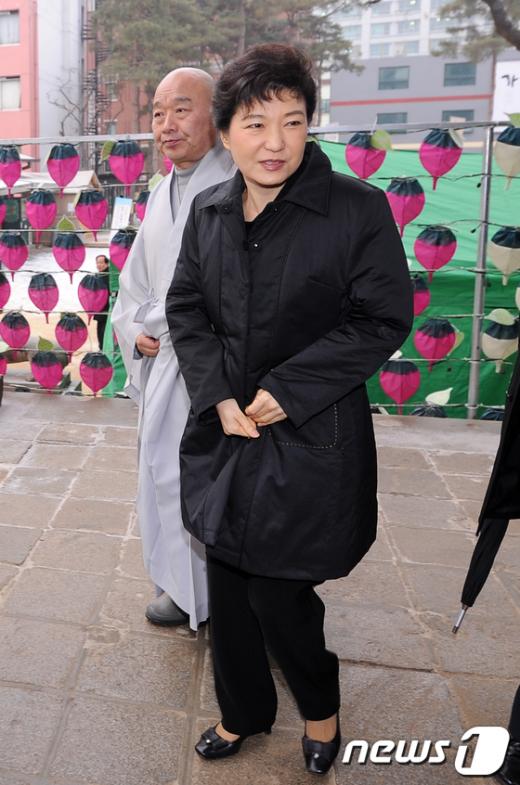 [사진]조계사 떠나는 박근혜 비대위원장
