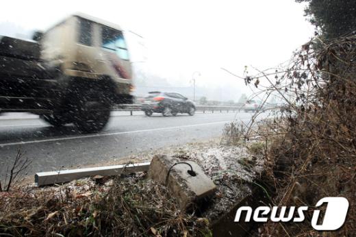 3일 오전 5시55분께 전남 나주시 남평읍 한 도로에서 연쇄 차량 사고가 발생해 2명이 숨졌다.  News1 김태성 기자