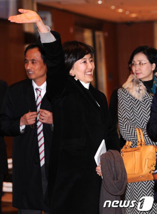 [사진]인사하는 박영선 의원