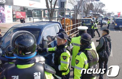 ↑ 5일 오전 호남고속도로 인근에 집결한 한우협회 전북도지회 회원들이 고속도로 진입을 막는 경찰들과 실랑이를 벌이고 있다.  News1