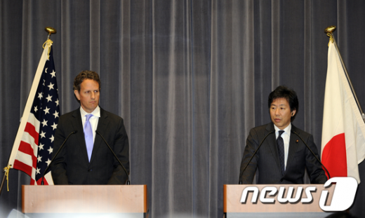 티머시 가이트너 미국 재무장관(왼쪽)과 아주미 준 일본 재무상(오른쪽) AFP=News1