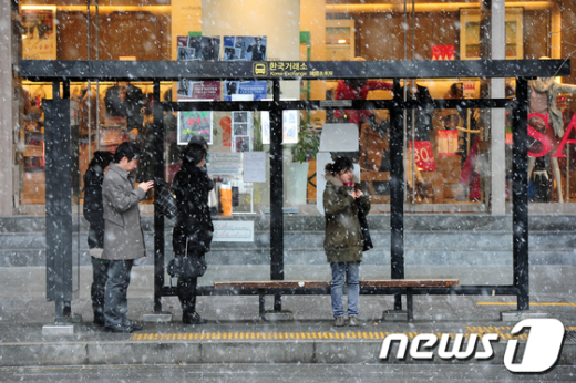 [사진]눈 내리는 버스정류장