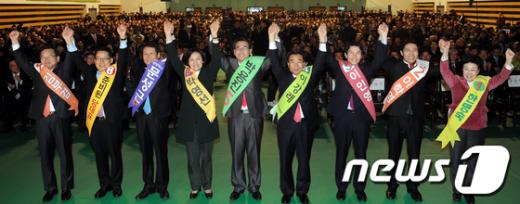[사진]손 들어 인사하는 민주통합당 당권주자들