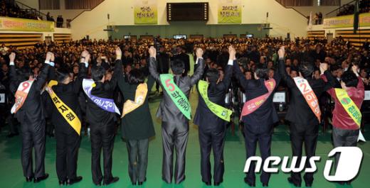 [사진]민주통합당 합동연설회, 인사하는 당권주자들