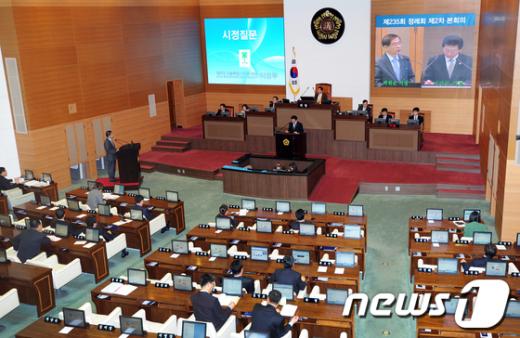 서울시의회 의원들이 박원순 시장을 상대로 시정질문을 하고 있다.  News1 오대일 기자