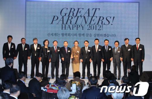 박건현 신세계백화점 대표(왼쪽 여덟번째)와 협력 업체 대표들이 12일 오전 서울 중구 소공동 웨스틴 조선호텔에서 열린 '파트너 공존경영 동반성장 간담회'에서 기념 촬영을 하고 있다. News1