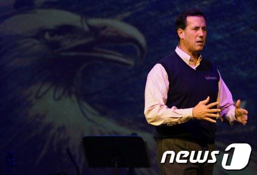 미국 복음주의 기독교인들이 자신을 지지한다는 소식이 전해진 후 릭 샌토럼 전 상원의원이 사우스캐롤라이나주 찰스턴 프레이즈 성당에서 선거 캠페인을 벌이고 있다.  AFP=News1