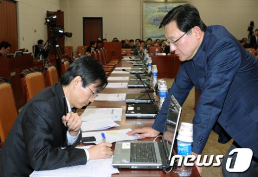 [사진]밀양분신사건 이야기나누는 조경태·홍석우