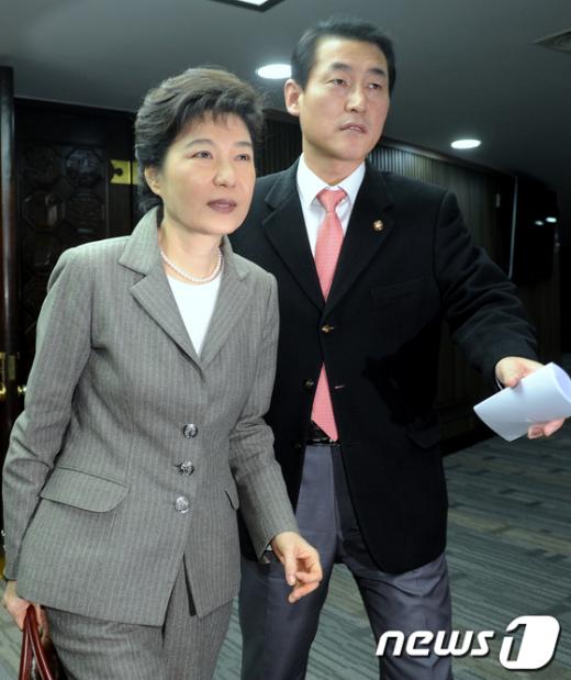 [사진]의총장 밖으로 나오는 박근혜 위원장