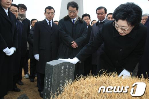 민주통합당 한명숙 대표가 19일 오전 광주 북구 운정동 국립 5·18민주묘지에서 박관현 열사 묘지를 참배한 뒤 묘비를 읽고 있다  News1 김태성 기자