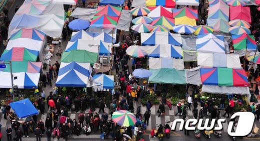 [사진]설 앞두고 붐비는 모란시장