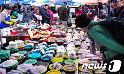 [사진]제수용품 고르는 시민들