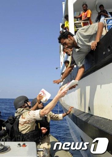 미군이 18일(현지시간) 이란 선원들에게 음식물과 의약품을 제공하고 있다. AFP=News1