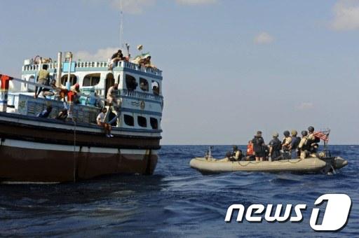 미군이 18일(현지시간) 침몰 위기에 놓인 이란 어선에 접근하고 있다.  AFP=News1