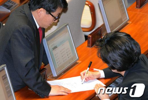 [사진]김종인 해임요구안 서명하는 진수희 의원