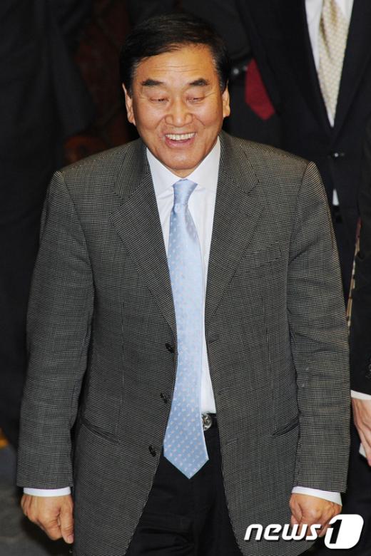 [사진]본회의장 들어서는 이재오 전 장관