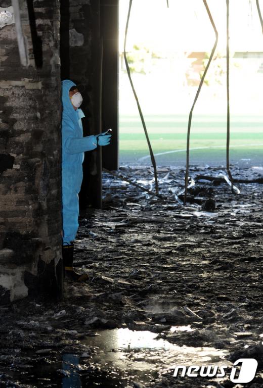 15일 오전 서울 관악구 난우중학교 체육관 건물에서 화재가 발생해 현장에 출동한 과학수사대가 화재원인을 조사하고 있다.  News1 박세연 기자