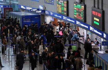 ↑코레일이 지난 설 연휴기간 KTX 일부 구간에서 입석수를 기준 이상으로 배치, 승객들의 불만이 이어졌다. 사진은 귀성이 한창이던 지난 19일 서울역 모습. ⓒ사진=뉴스1 양동욱 기자
