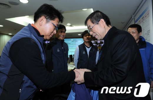 [사진]제설대책상황실 직원 격려하는 박원순 시장