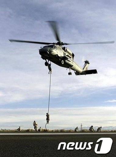 낙하훈련을 하는 네이비씰  AFP=News1