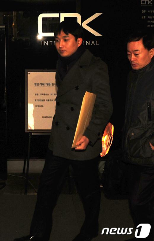 카메룬 다이아몬드 광산 개발권을 둘러싼 CNK인터내셔널 주가조작 의혹을 수사 중인 검찰 관계자들이 26일 오전 서울 효자동 CNK 본사를 압수수색하기 위해 들어서고 있다.  News1   한재호 기자