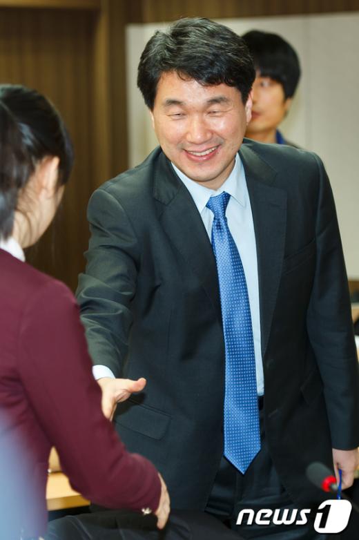 [사진]학생들과 인사나누는 이주호 장관
