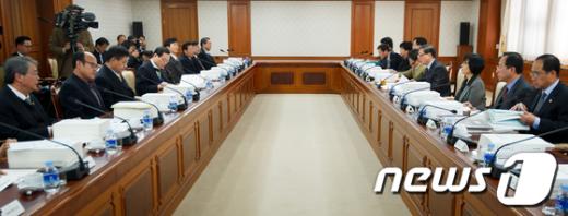 [사진]김황식 총리, 규제개혁위원회 주재