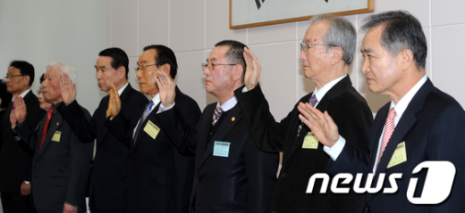 [사진]약사윤리강령 선서하는 총회 임원들
