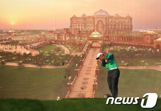 골프황제 타이거 우즈가 26일(현지시간) UAE 아부다비 골프 챔피언십에서 그림같은 에미리트 팔라스 호텔을 배경으로 티오프를 하고 있다.