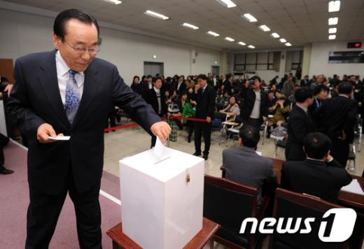 [사진]투표하는 대한약사회 총회의장