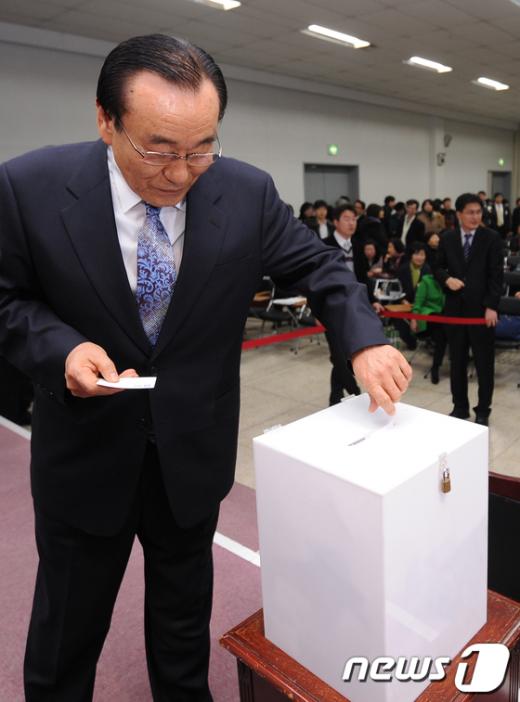 [사진]투표하는 대한약사회 한석원 총회의장