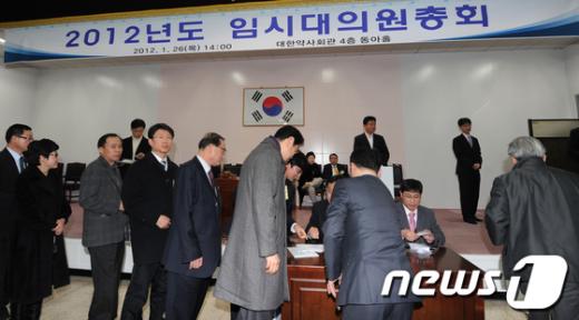 [사진]찬반 투표하는 임시총회 참석자들