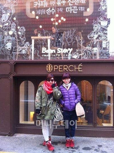 두 사람이 입고 있는 옷과 액세서리, 신발 모두 서울에서 구입한 아이템