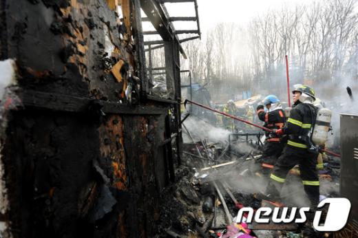 [사진]구룡마을 화재, 난감한 소방대원