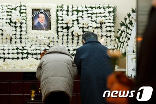 [사진]헌화하는 조문객들