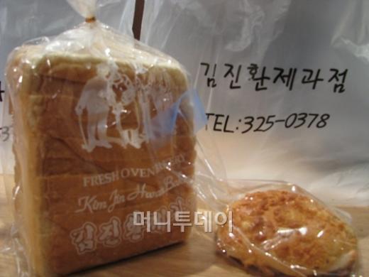↑김진환 제과점에서 판매하는 단 2가지 메뉴. 우유식빵과 아몬드 소보루