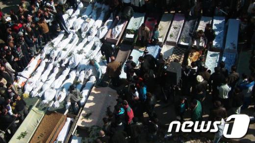 4일(현지시간) 시리아 반정부 시위 거점도시인 홈스에서 정부군의 발포로 숨진 민간인 장례식이 열리고 있다. 전날 정부군의 유혈진압으로민간인 260명 이상이 사망하고, 수백여명이 심각한 부상을 당했다. AFP=News1