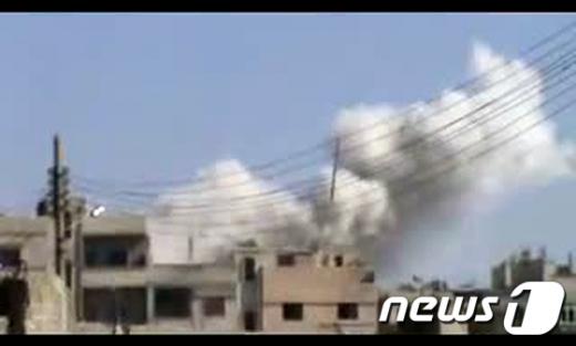 5일(현지시간) 시리아 정부군의 포탄 공격으로홈스 지역에서 연기가 솟아오르고 있다.  AFP=News1