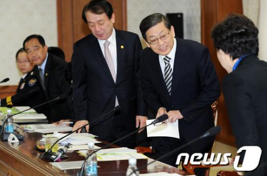 [사진]김황식 총리, 학교폭력 관계장관회의 참석