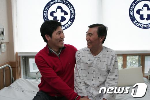 만성 C형 간염으로 투병 중인 아버지를 위해 자신의 간을 이식한 김병서씨(사진 왼쪽). /사진제공=조선대병원  News1