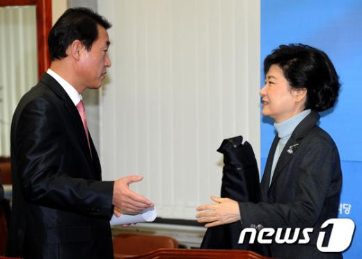 [사진]얘기 나누는 박근혜-황영철