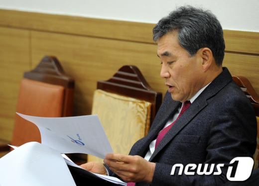 [사진]회의자료 검토하는 이상돈 위원장