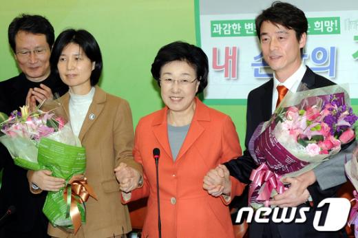 [사진]손 잡은 한명숙 대표와 송호창, 백혜련 변호사