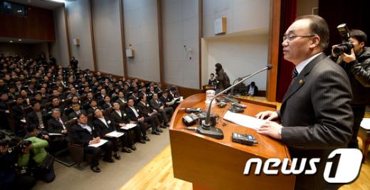 박재완 기획재정부 장관이 6일 오전 서울 수송동 국세청에서 열린 전국세무관서장회의에 참석해 모두발언을 하고 있다.  News1 이명근 기자