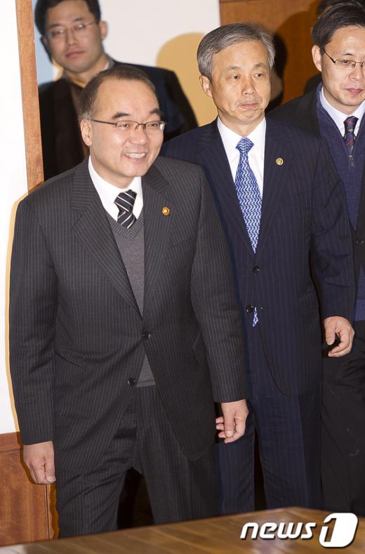 [사진]전국세무관서장회의 참석하는 박재완-이현동