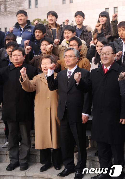 [사진]'통일!' 외치는 '모의 남북회담' 교육생들
