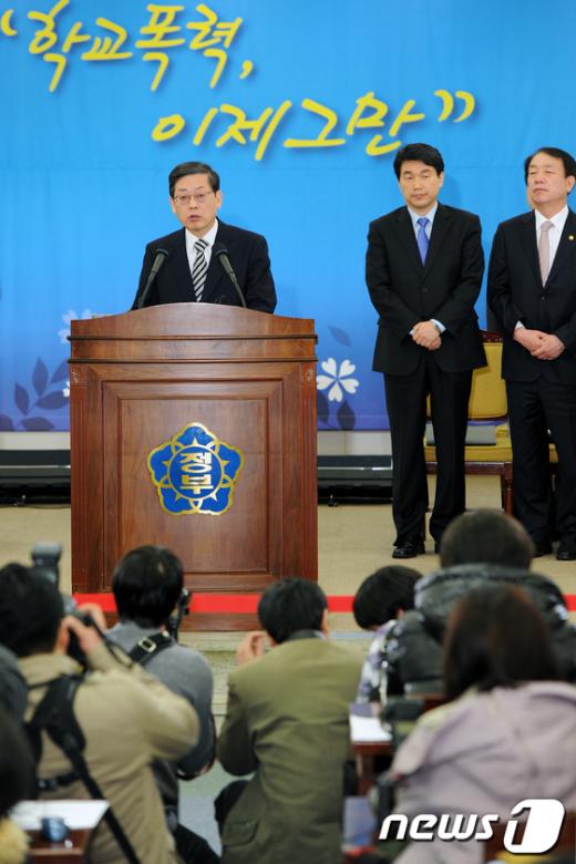 [사진]김황식 총리, '학교폭력 범정부 대책' 발표