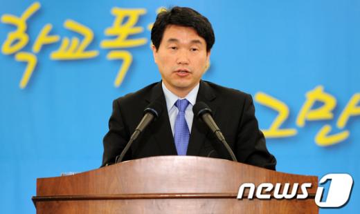 [사진]학교폭력 대책 설명하는 이주호 장관